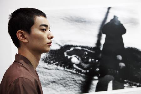 染谷将太と行く東京都写真美術館『操上和美 時のポートレイト』展