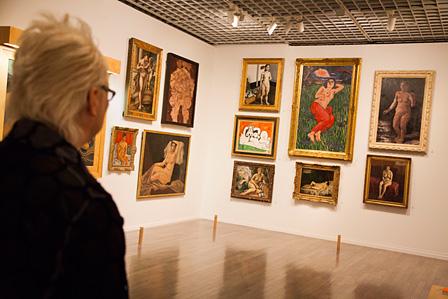 「Naked / Nude(裸体 / ヌード)」の展示 右奥の壁で中央上下に並ぶ、萬鉄五郎『裸体美人』とギュスターヴ・クールベ『眠れる裸婦』