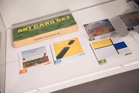 『国立美術館アートカード・セット』 中央の黄色いカードが、福田繁雄『VICTORY 1945』