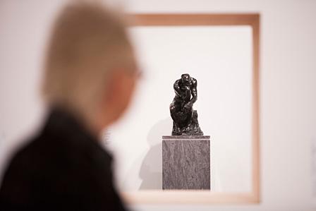 「Earthquake(地震)」の展示室から壁越しに見る「Plinth(台座)」の展示室
