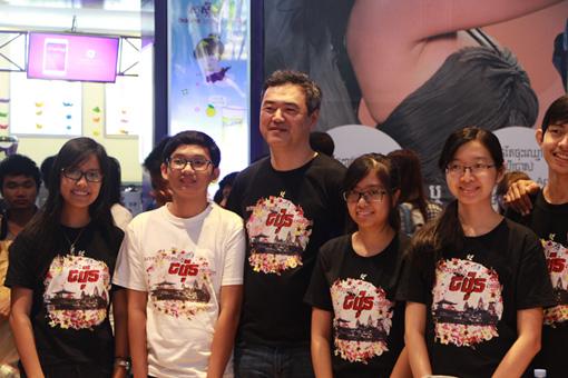 柴田監督と映画祭ボランティアスタッフの学生たち