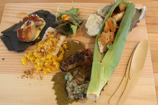 「Reborn-Art Dining」で提供されたプレートランチ。テーマは「船出」。石巻で採れた夏野菜、穴子・スズキ・ウニ・ホタテなどの海産物、桃生ポークなどが使われている