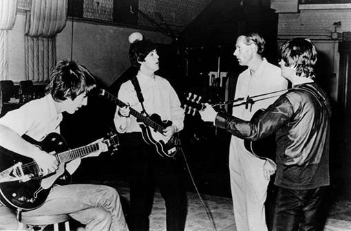 ジョージ・マーティンとThe Beatles By Capitol Records (eBay item photo front photo back) [Public domain], via Wikimedia Commons