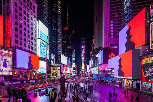 ラファエル・ローゼンダール『Much Better Than This』Times Square Midnight Moment, New York, 2015, Photography by Michael Wells