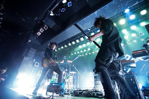 THE SPELLBOUND(ザ スペルバウンド)<br>BOOM BOOM SATELLITES中野雅之とTHE NOVEMBERS小林祐介がスタートさせたバンド。2021年1月13日に発表したデビューシングル『はじまり』を皮切りに、5か月連続で映像と共に配信リリースを行う。8月21日には『FUJI ROCK FESTIVAL '21』への出演、12月18日にはUSEN STUDIO COASTでのライブを控える。