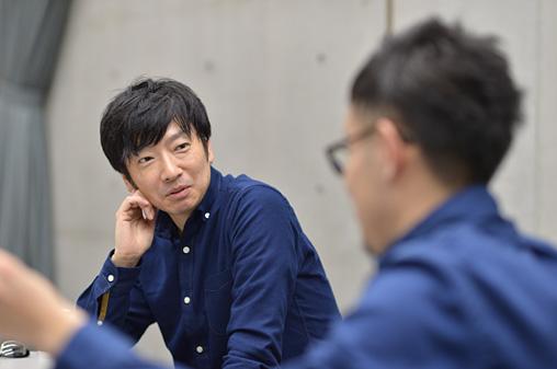 左:小林賢太郎、右手前:村井雄