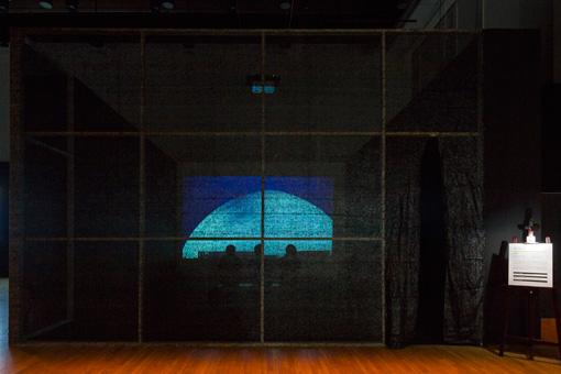ジョウ・タオ『青と赤』2014年 インスタレーション 『第8回恵比寿映像祭』 写真提供:東京都写真美術館 写真:大島健一郎