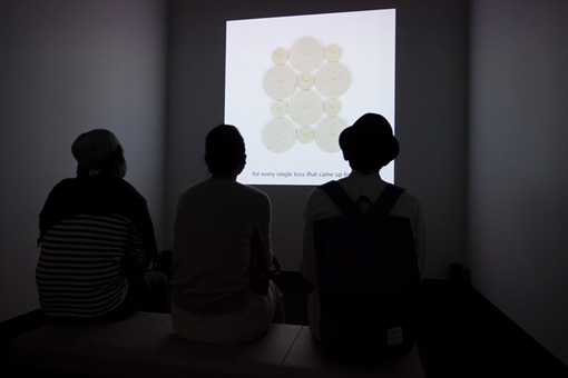 ピョトル・ボサツキ『自明の物事』2013年 インスタレーション 『第8回恵比寿映像祭』 写真提供:東京都写真美術館 写真:新井孝明