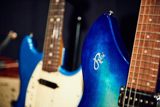 「Rei」と刻印されたギター