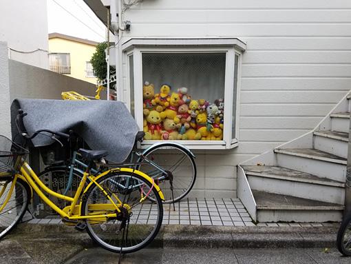 いくしゅんによる作品解説:自転車の輪っかの鍵もプーさんカラーを意識。