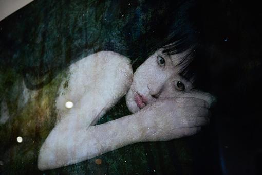 『&(アンパサンド)がカタチをひらくとき』 / 桑田恵里の出展作品。古典的な写真印画技法であるプラチナ・プリントを現代に再現し、人と自然との関係性を問いかける。