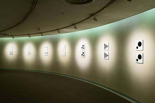 『&(アンパサンド)がカタチをひらくとき』 / 大原崇嘉の出展作品。文字のスペーシングを通してレイアウトにおける視覚的な法則性を探求している。