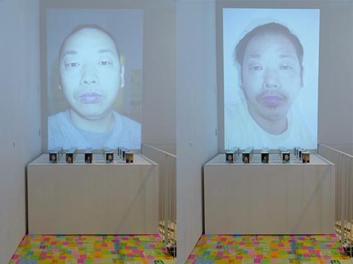 『顔写真』1994年~(写真:谷岡康則) / 会場では、約10年分の顔写真がコマ撮り状にプロジェクションされている