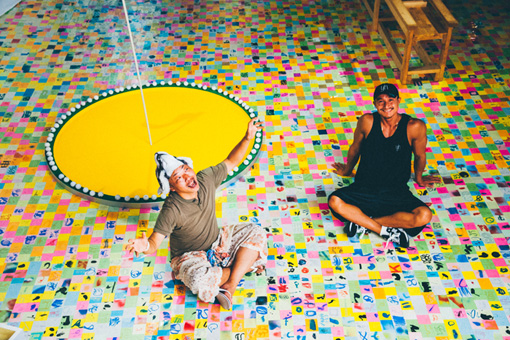 『付箋ドローイング』2000年代~ / 床一面にしきつめられている付箋ドローイングのテーマは「多様性」