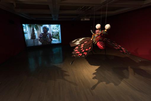 インカ・ショニバレMBE 左:《さようなら、過ぎ去った日々よ》2011年、右:《蝶を駆るイベジ(双子の神)》2015年 会場風景 Courtesy the artist and James Cohan Gallery, New York photo:Yuri Manabe