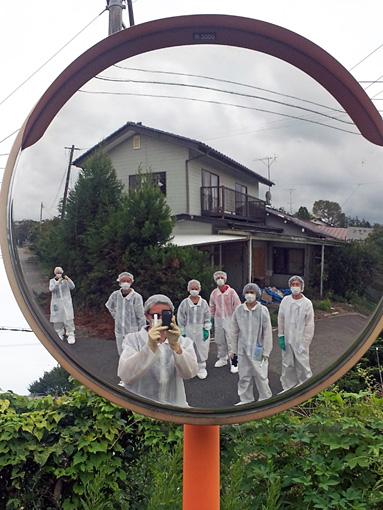 福島県の帰還困難区域でのキュレーターたち。 / 03. Curatorial team on a site visit in the Fukushima exclusion zone Courtesy of Don't Follow the Wind