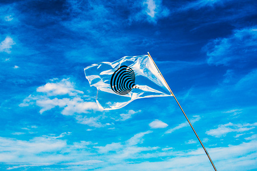 『Don't Follow the Wind』のフラッグ / Flag designed by Naohiro Ukawa Courtesy of Don't Follow the Wind