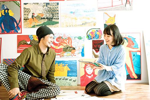 左から:武徹太郎、稲葉まり。飾ってある絵画はすべて武によるもの