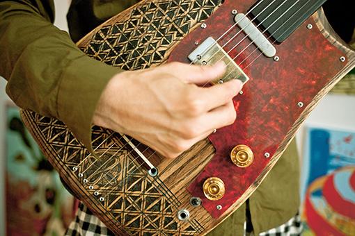 武自作の楽器「エレキ六線」