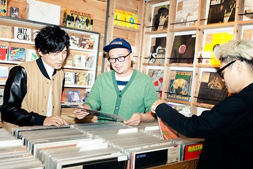 思い思いにレコードを物色する三人