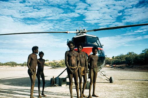 『ナタワル(井戸40番)に降りたった調査ヘリコプター』1957年 撮影:ジョン・ヴィーヴァース 先住民研究所オーディオビジュアル・アーカイブ蔵