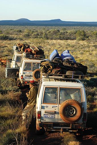 牛追いルート上で停車する、奥地への旅で機械整備を担当したフランク・レーンとクルーたち。撮影:ティム・アッカー 2007年 オーストラリア国立博物館蔵