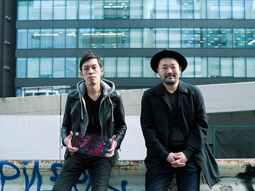 左から:自身の作品を持つ相壁琢人、田中生