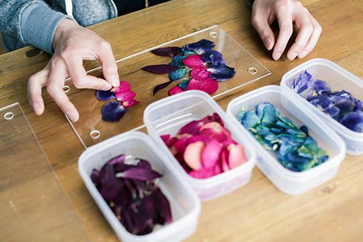 作品のモチーフなどは考えず、最初に花びらを置いた位置から作品を広げていくのだそう