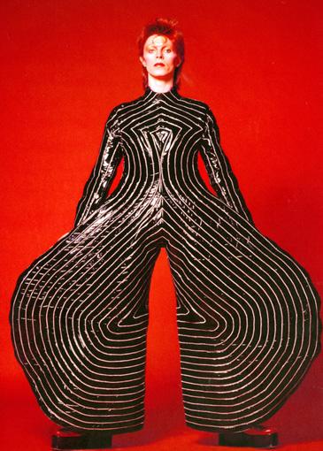 山本寛斎のデザインによるストライプ柄のボディースーツをまとったデヴィッド・ボウイ。撮影は鋤田正義 / ©Sukita , The David Bowie Archive