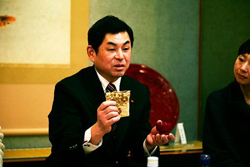 村上堆朱事業協同組合の小杉和也。職人でありながら、村上市議会議員も務める