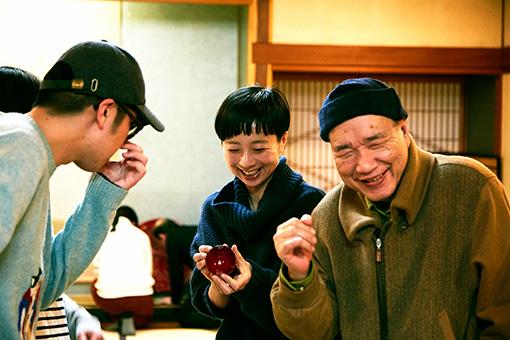 左から:とんぼせんせい、雪浦聖子(sneeuw)、富樫春男。村上木彫堆朱の殻を破って新しいかたちを一緒に作り上げた同志
