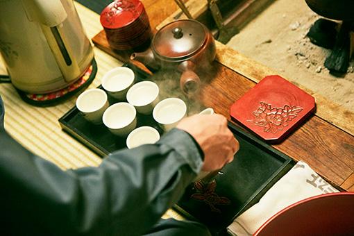 冨士美園では日本茶インストラクターの店主が村上茶をご馳走してくれる