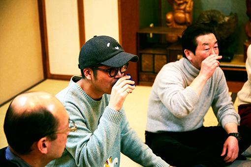 右から:高橋信夫、とんぼせんせい。ともにいい飲みっぷり
