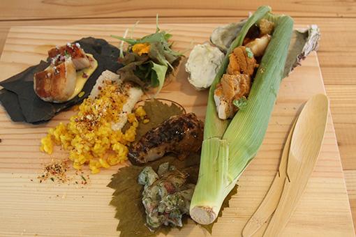 ランチプレート。「塩昆布を纏った石巻産スズキのキュイソン・ナクレと、鮮魚とハーブのタルタル」(真ん中)は松本、「夏野菜と魚介を乗せたとうもろこしの宝船」(右)は今村によるもの