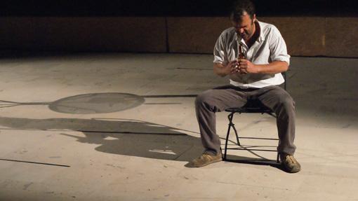椅子とテープルと1本のビール瓶だけで、90分の即興芝居を圧倒的な密度で紡ぎ出す。ピッポ・デルボーノによる『六月物語』も『ふじのくに⇄せかい演劇祭2017』で上演される ©Caterina DE BARTOLO