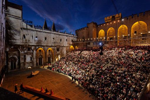 アヴィニョン演劇祭、メイン会場・アヴィニョン法王庁中庭 ©Christophe Raynaud de Lage / Festival d'Avignon