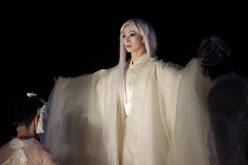 『アンティゴネ』(2004年)東京国立博物館 本館前での公演より ©内田琢麻