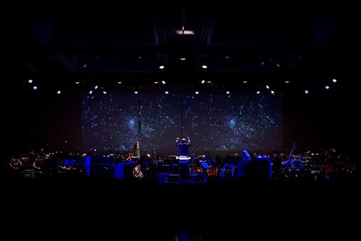 昨年の『OKAZAKI LOOPS』でAimerが出演した『ALMA MUSIC BOX:死にゆく星の旋律』コンサートの様子