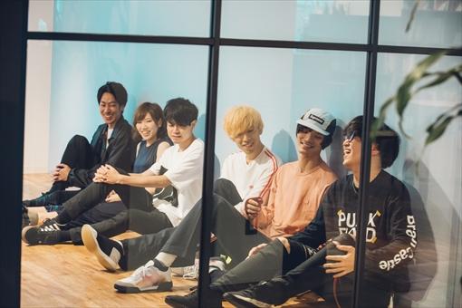 左から:安達智博(Dr)、加藤亜実(Key,Cho)、高橋一生(Art Director)、渋谷勇太(Vo,Gt)、清水新士(Ba)、堀内拓海(Gt)