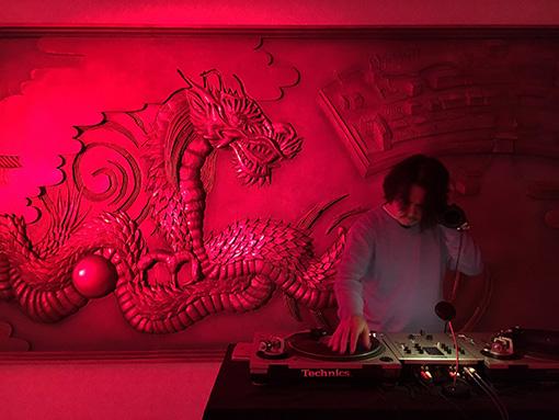 『ヒゲの未亡人の国内旅行2016 in 長崎』 / ホールのロビーで岸野雄一による「ヒゲの未亡人」と海藻姉妹のライブ、常盤響のDJが行われた
