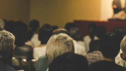 佐賀県呉服元町の旧西沢ビルをリノベーションした「ON THE ROOF」で開催された、落語会『寄席オン・ザ・ルーフ』 / 今後テナント入居予定の1階スペースを利用し高座と客席を特設することで、一日限りの寄席が出現した
