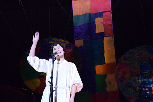 『二階堂和美のコンサート』舞台美術は地元の障がい者をアートで支援するNPO「TSUNAGU FAMILY」が手がけている