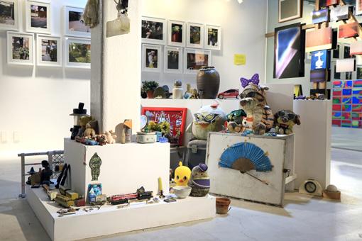 『SIDECORE - STREET MATTERS-』よりEVERYDAY HOLIDAY SQUAD『まことさんのコレクション』の展示風景