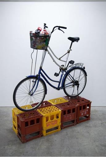 『SIDECORE - TOKYO WALKMAN-』よりMADSAKI『untitled』(2015年) / 2階建式のトールバイクに乗ると、高い視点から街を見ることができる
