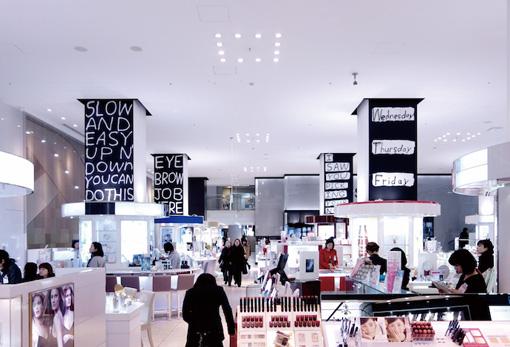『SIDE CORE - 公共圏の表現』よりMADSAKI『Untitled』(2014年) / 百貨店の化粧品売り場に掲げた「砕けた会話の断片」。アート関係者だけでなく広い鑑賞者に向けた展示