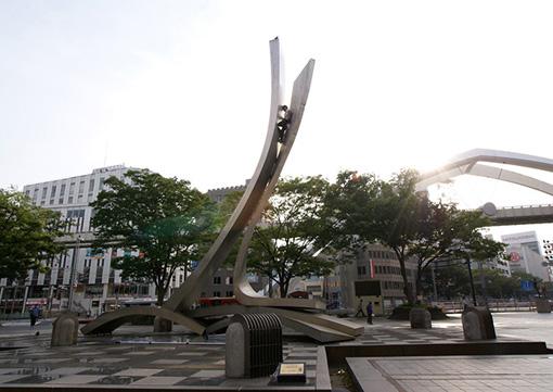 菊地良太『stuck』(2011年) / 『トウキョウアーバンアーート』より