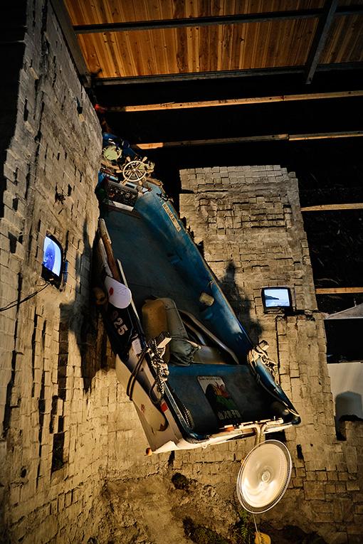 BABU『oneenergyBlue』 / Oneparkのオープン当初に誰かが衝動的に作ろうとして挫折したランプの残骸を引き継ぎ、壁面に残る津波の跡の高さまでブロックを積み上げた。このスケートランプに登ろうとしている船は、元々は津波によって破損し処分されようとしていた漁船
