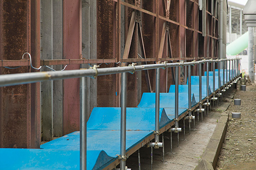 『SIDECORE - rode work』より、森田貴宏『line wave』展示風景 / 建物の回りの隙間にまっすぐ伸びる細長いスケートコース