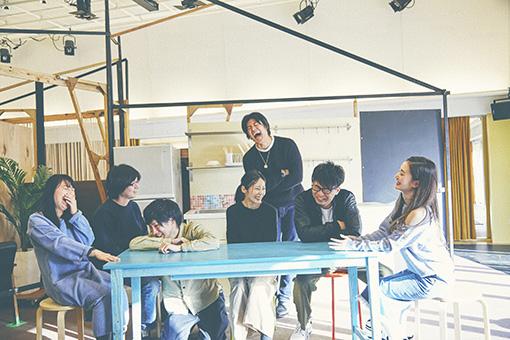 左から:望月綾乃、三浦直之、篠崎大悟、森本華、亀島一徳、島田桃子 奥:板橋駿谷