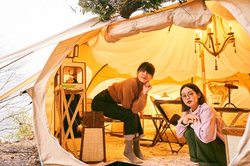 グランピング施設、「Circus Outdoor Tokyo」の「ASPLUND」テントに到着した二人
